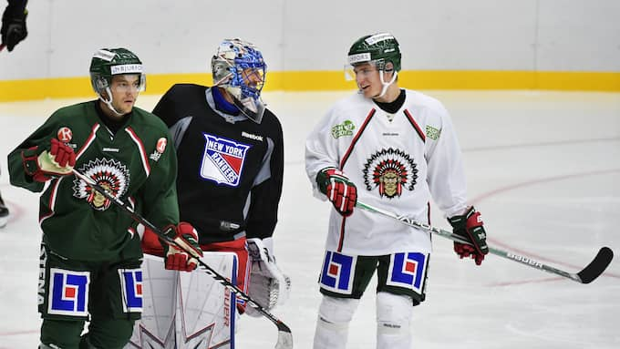 Lundqvist i samspråk med Lias Andersson. Foto: Tommy Holl / IBL