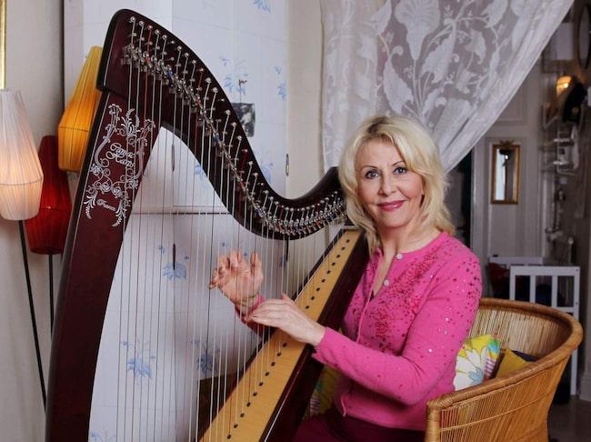 <span>En egen harpa. När Pia och hennes klasskompisar fick önska vilket instrument de skulle spela i kommunala musikskolan i Umeå skrev Pia harpa. Det blev inga harpalektioner då – men som vuxen köpte hon en harpa.</span>