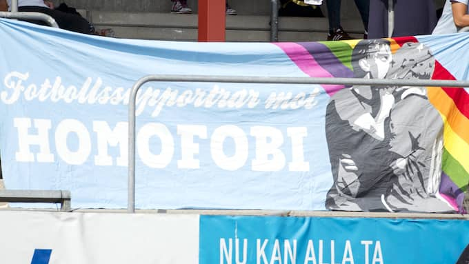 Banderollen som skapar splittringar på läktaren. Foto: NILS JAKOBSSON