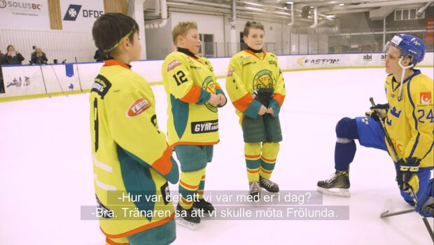 Här överraskar Tre Kronor hockeylaget i Göteborg