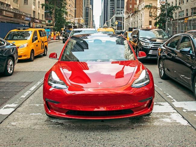 Nya bilar imponerar inte på svenskarna men är det något som ändå står för hög status så är det Tesla, enligt en ny undersökning.