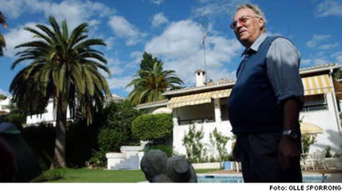 """Åke Rydborn, 80, från Älmhult köpte huset för 30 år sedan. Han är uppfinnaren som blev fabrikör och förmögen. Nu bor han högst 120 dagar om året i huset med utsikt över Gibraltarklippan. """"Jag fick det för 1,3 miljoner kronor. Nu kan du flytta decimalkommat ett steg åt höger"""", säger Åke."""