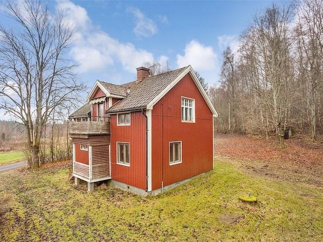 Huset har tillhört en större gård tidigare, men styckades av på 1920-talet och såldes till dagens ägare.