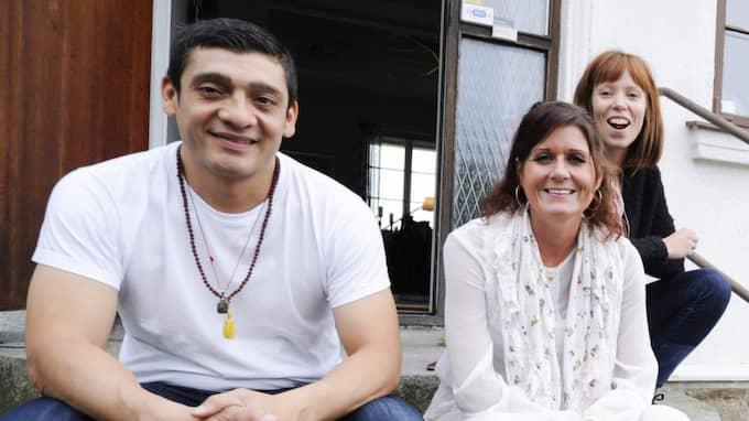 Handledaren Rodrigo Hernandez, utvecklingschefen Maria Nilsson och föreståndaren Johanna Sandell välkomnar de nya flyktingbarnen. Foto: Jens Christian