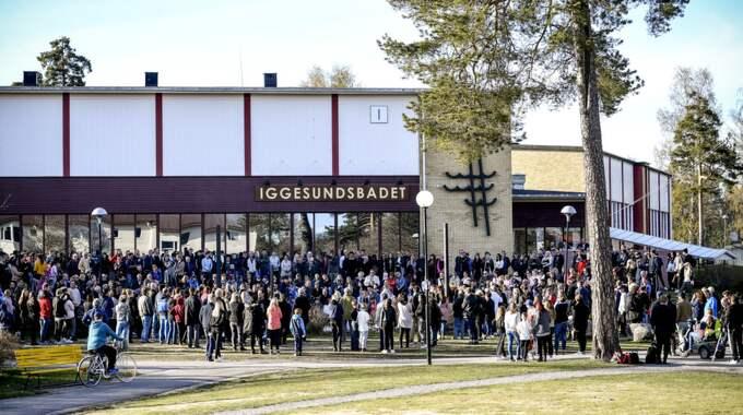 Tovas föräldrar och nära vänner valde också att komma till platsen. Foto: Alex Ljungdahl