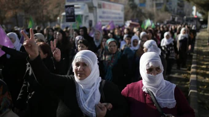 Women march during a protest denouncing violence, in Diyarbakir, Turkey, Friday, Dec. 25, 2015. Foto: Cagdas Erdogan/AP