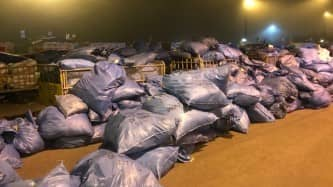 Bilderna ska vara tagna i slutet av september och visar hur hundratals paketsäckar dumpats på varandra under bar himmel Foto: Privat