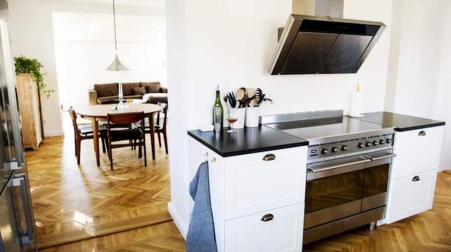Trendig. Köksfläkten i rostfritt stål är iögonfallande.