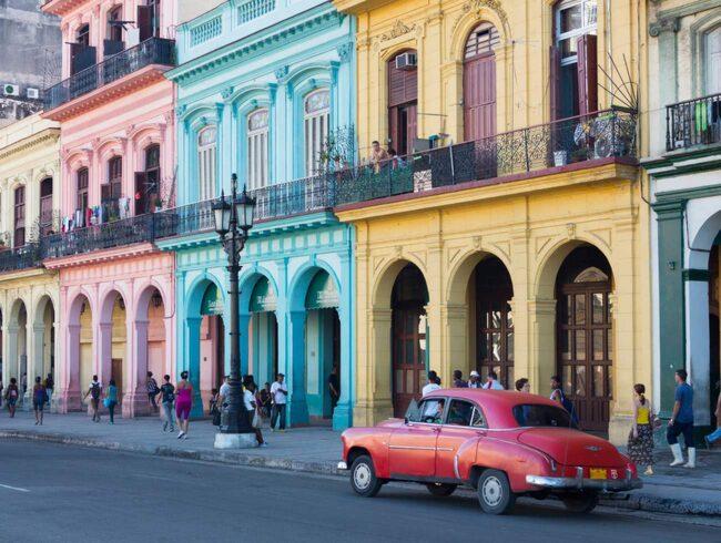 Färgglada veteranbilar från 50-talet, som spyr ut avgaser, syns överallt.