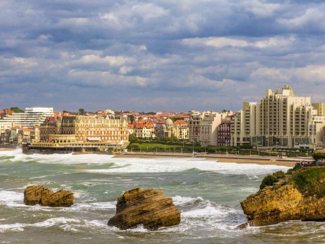 <span>Strandpromenaden längs Grand Plage med sina många gamla hotell och strandkrogar är romantiskt charmig.<br></span>