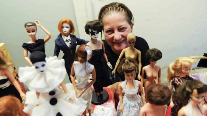 Gillar Barbie. Tina Møller från Köpenhamn har samlat på Barbiedockor i många år och till och med tillverkat egna i björkträ. Foto: Jens Christian