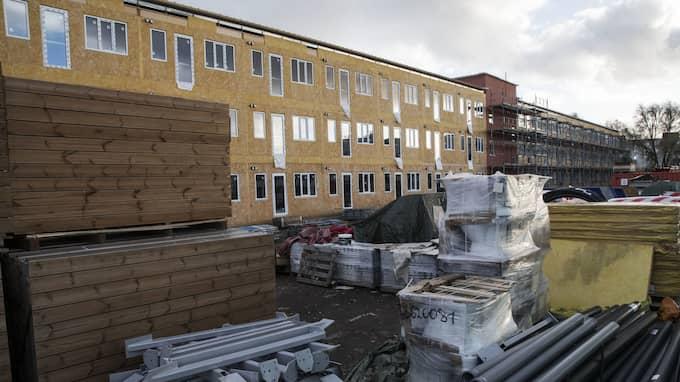 På parkering vid köpcentrat Mobilia vid Per Albin Hanssons väg i Malmö bygger Malmö Stad ett tillfälligt boende för hemlösa. Foto: JOHAN NILSSON/TT