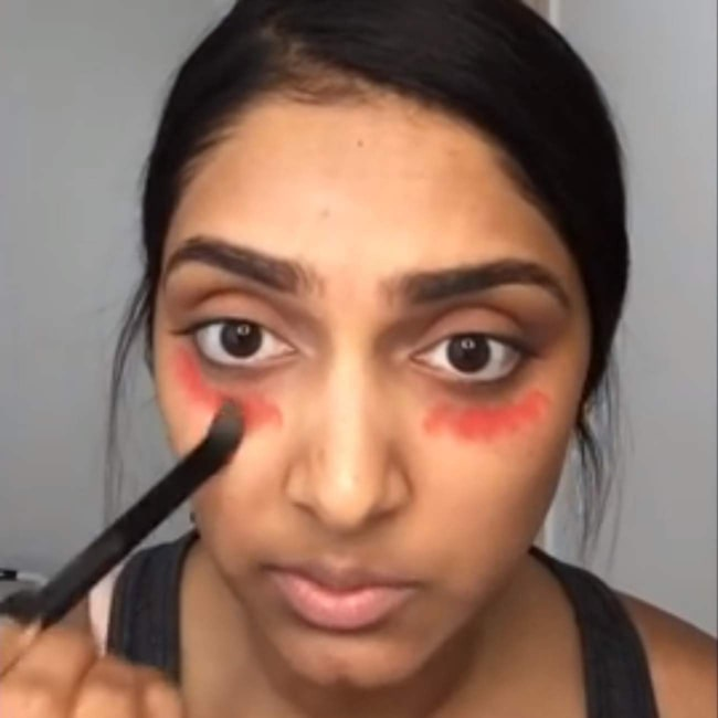 Smarta tricket döljer ringar under ögonen. Så här gör du  Applicera ett  korallfärgat eller rosarött läppstift (ej matt) med d142d7bf6cc3f