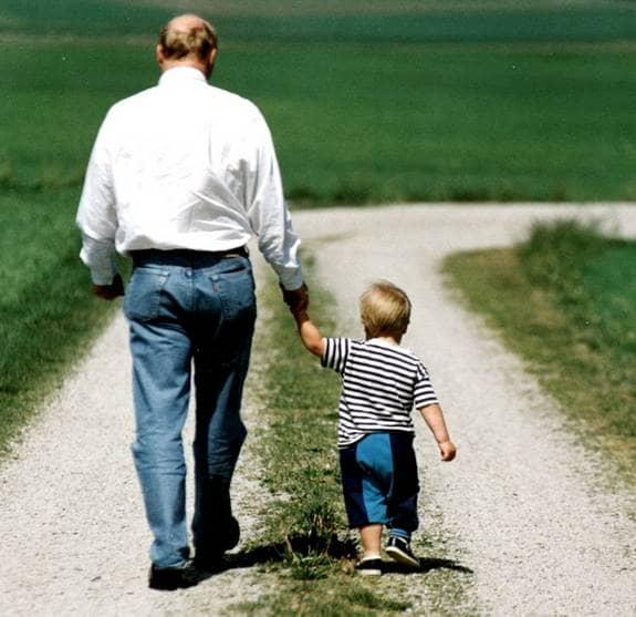 Grattis, pappa. I dag är det fars dag. En tradition som föddes i USA och som har firats i Sverige sedan 1931. Foto: Svensson Lasse