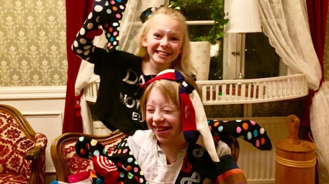 """Nathea, 11, med sin syster Noelle: """"Världens bästa syster""""."""