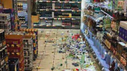 200-300 spritflaskor krossades av mannen. Foto: Polisen