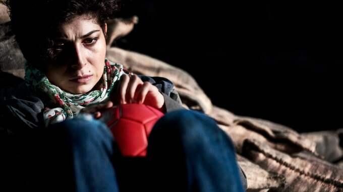 """Elmira Arikan i """"Frontens gryningsfärg"""" av Mustafa Can. Foto: CARL THORBORG"""