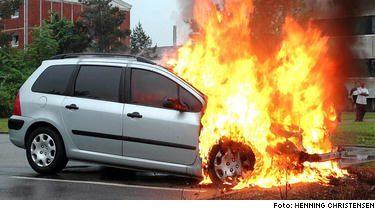 Explosionsartat. Den här Peugeot 307 började brinna strax efter klockan 20.00 på kvällen i danska Vejle på parkeringen intill ett hyreshus. Bilägaren tvingades se hur hans bil totalförstördes av branden. Samma brand kan drabba över 28 000 svenska bilägare som äger en Peugeot 307.