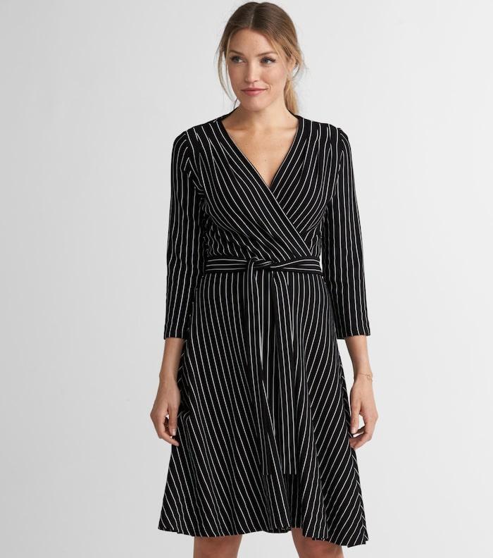 8712cc7b0895 Klänning Celia från Jumperfabriken i feminin modell med djup v-ringning,  omlott fram och utställd kjol, 1 500 kr, Ellos.