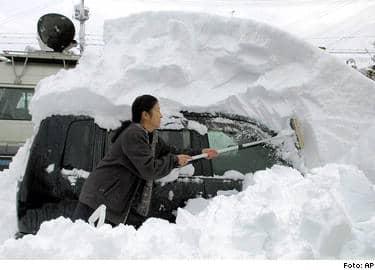 Hon har att göra ett tag, kvinnan i staden Tsunan 25 mil nordväst om Japan. Och undra på det: Snödjupet är 4 meter (!) på sina håll.