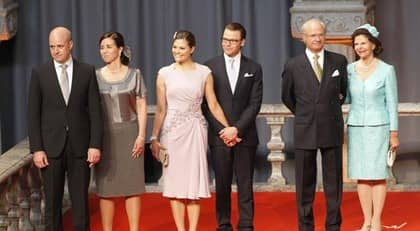 Statsministern välkomnar kungafamiljen. Foto: Martina Huber