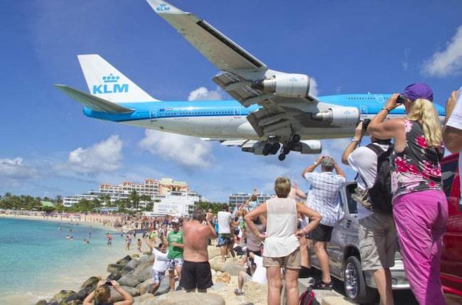 Planen som går ner för landning på Juliana airport, strax intill stranden Mullet Bay, har blivit en stor attraktion för turister som gärna förevigar synen med ett kort.
