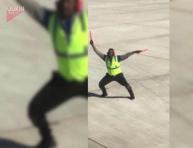 Flygledarens agerande får passagerare att skratta