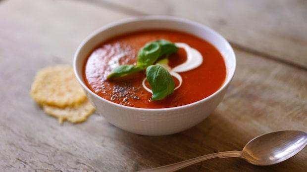 Laga supergod tomatsoppa med spröda parmesanchips på bara 30 minuter