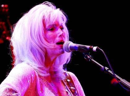 Sorg. Emmylou Harris gillar sorgsna melodier säger hon. Och jo, det märks. Foto: ELLINOR COLLIN