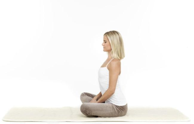 <strong>1. Ryggflex: </strong>Börja med att pressa fram svanken och trycka bröstkorgen upp mot taket, utan att tappa huvudet bakåt. Släpp ner bröstkorgen och dra den bakåt, så att bröstryggen krummar bakåt och ryggraden ser ut som en banan - utan att du tappar hakan ner i bröstet. Du kan även göra den här övningen sittande på en stol; sitt då rak i ryggen, en bit fram på stolen. Håll händerna stadigt om knäskålarna. Se även nästa bild.