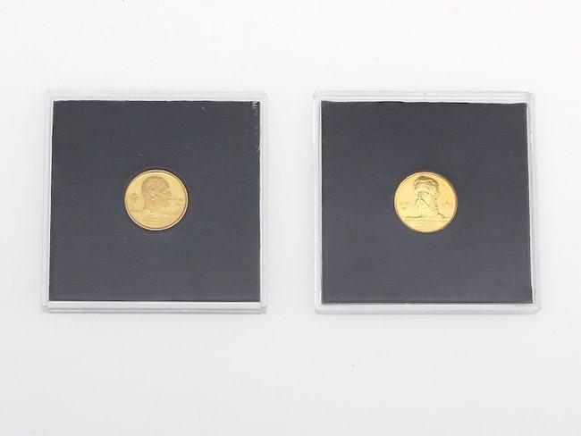 Två guldmynt i 23 karat, från 1979 och 1983, såldes för 2 500 kronor.