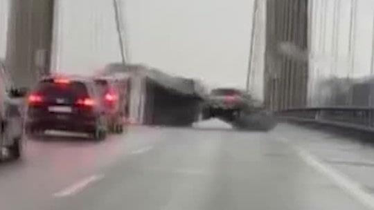 Här blåser husvagnen omkull i stormen