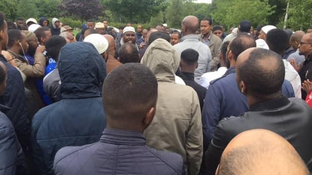 Hundratals tog farväl av Yuusuf när han begravdes på Fridems kyrkogård i höstas. Foto: BJÖRN LINDSTEN