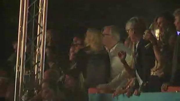 Här dansar Aviciis föräldrar under sonens avskedskonserten