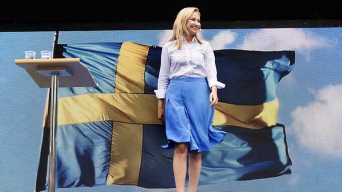 KD-ledaren Ebba Busch Thor talade framför en svensk flagga i Almedalen. Foto: Anna-Karin Nilsson