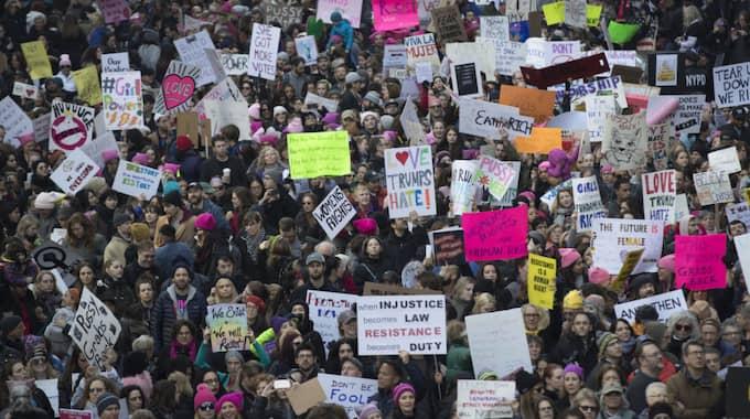 NEW YORK: Över 600 demonstrationståg hålls i dag runt om i världen för kvinnors rättigheter – och mot Donald Trumps kvinnofientliga uttalanden. Här har ett stort antal människor samlats i New York City för att visa sitt missnöje. Foto: Mary Altaffer / AP TT NYHETSBYRÅN