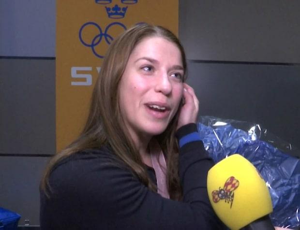 Anna Magnusson hänger silvermedaljen i klädkammaren