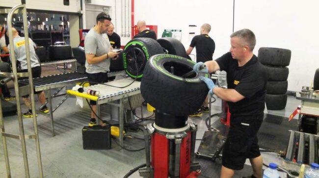 Att jobba med däck kan vara väldigt fysiskt.