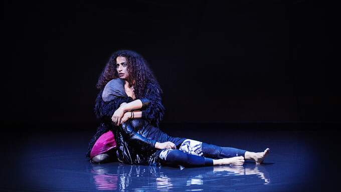 "Helen Al-Janabi och Oldoz Javidi i ""Movements"". Foto: EMMALISA PAULY"