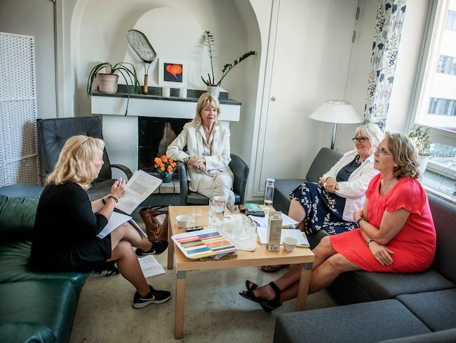 Alexandra Charles, Karin Schenck-Gustafsson och Carina Carnlöf (i orange topp) berättar om ny forskning kring kvinnor och dess hjärtan.