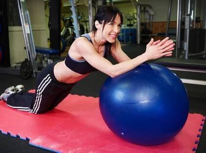 TUFF TRÄNING. Gyminstruktör Pernilla Stjernfeldt gör statisk magträning med en boll, och låter magen ta all belastning. Övningen ska upprepas till utmattning två till tre gånger.