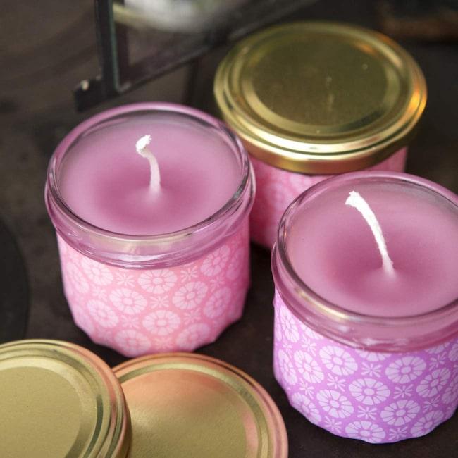 Använd barnmatsburkar eller andra glas till dina ljus. Dekorera sedan med vackra papper och njut av doften.
