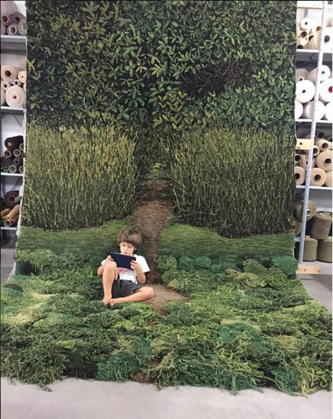 Vid en första anblick av bilderna kan det se ut som lummiga växter och riktiga gräsmattor.