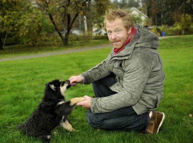 HUNDKUNNIG. Hundexperten och hundcoachen Fredrik Steen, här med finska lapphunden Niilo, har givit ut flera handböcker i konsten att förstå och ta hand om sin fyrbenta vän.