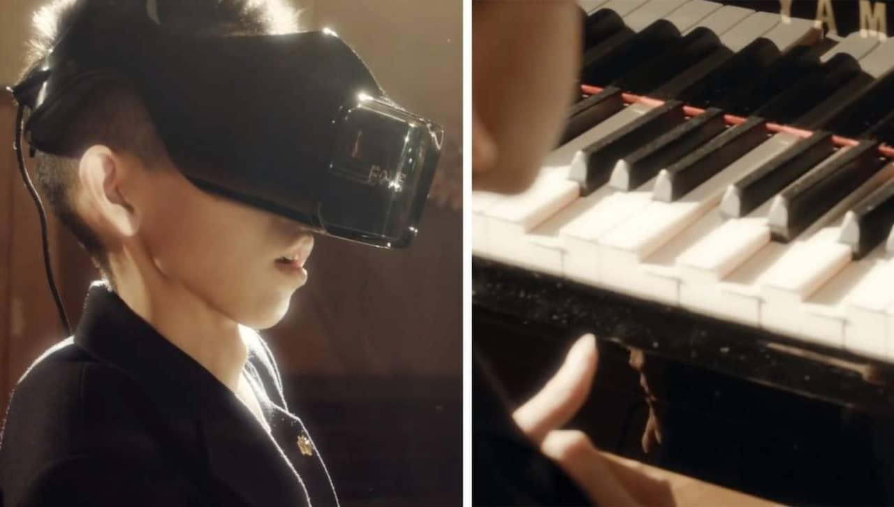 spela piano med två händer
