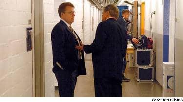 SKAKAD LANDSLAGSLEDNING. Svenska landslagschefen Claes-Göran Wallin (till vänster) och presschefen Mats Olsson i korridorerna under Globen i går. Landslagsledningen vädjade till polisen om att skjuta upp förhören med stjärnorna till efter matchen, men fick nej. I natt stängde Tre Kronor dörrarna omkring sig.