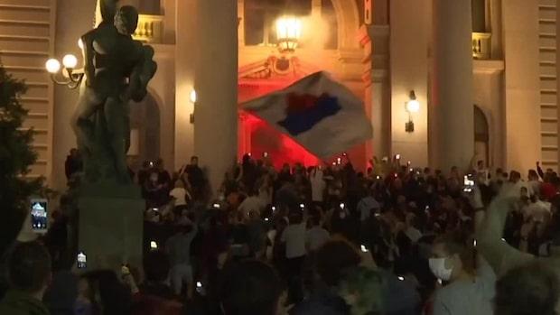 Här försöker demonstranterna storma parlamentet