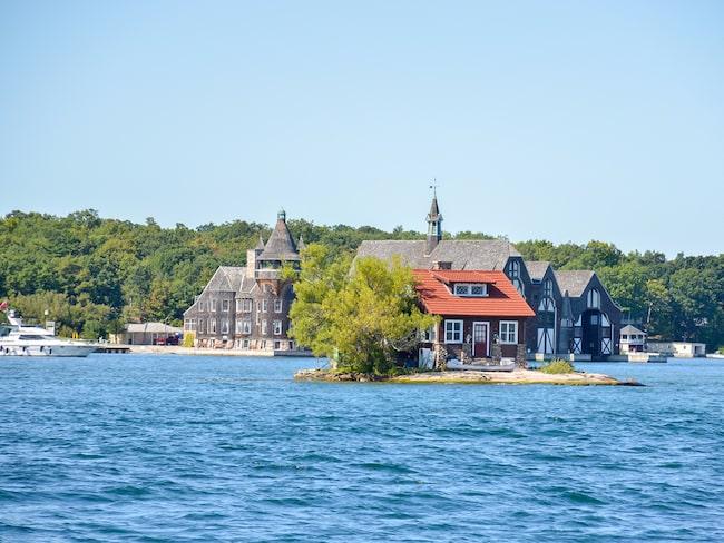 På öns 306 kvadratmetrarna finns en liten röd stuga och två träd, mer ryms det inte.