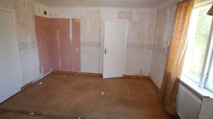 Här mördades Göran Lundblad. Enligt polisens utredning var det här Göran Lundblad sköts till döds. Han använde rummet som sovrum, men efter att han försvann gjordes rummet om till matrum. Rummet målades och tapetserades bland annat om.