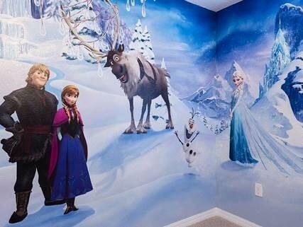 """Anna, Kristoffer och Sven från """"Frost"""" pryder ena sovrummet."""